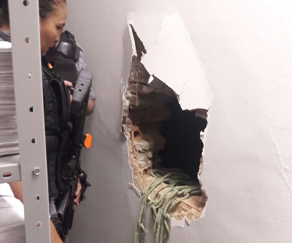 Criminosos fazem buraco em parede de agência da Caixa Econômica Federal no Piauí (Foto: Divulgação / PM)