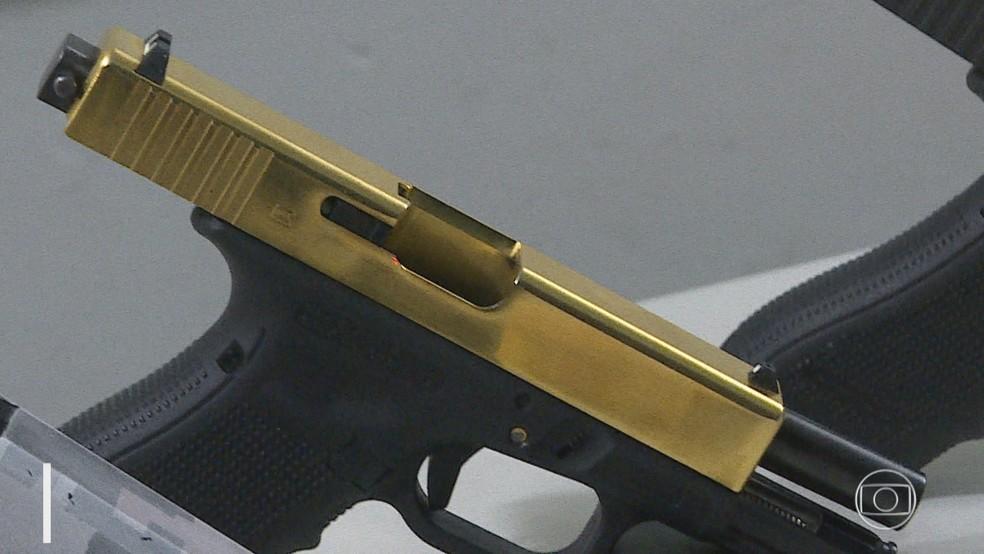 Arma de ouro é apreendida em Belo Horizonte.  — Foto: Reprodução/TV Globo