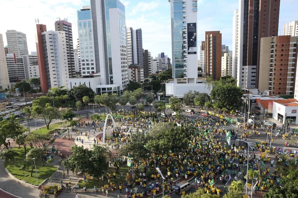 Fortaleza, 16h35: protesto acontece na Praça Portugal, Bairro Aldeota — Foto: Helene Santos/SVM