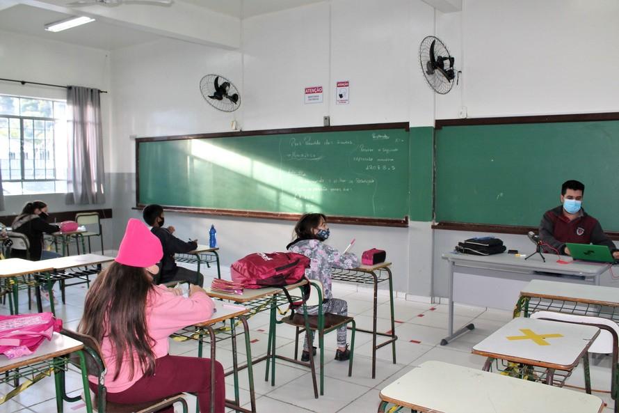 'Escola também é ambiente muito seguro', diz secretário de Educação após determinação do ensino 100% presencial na rede estadual