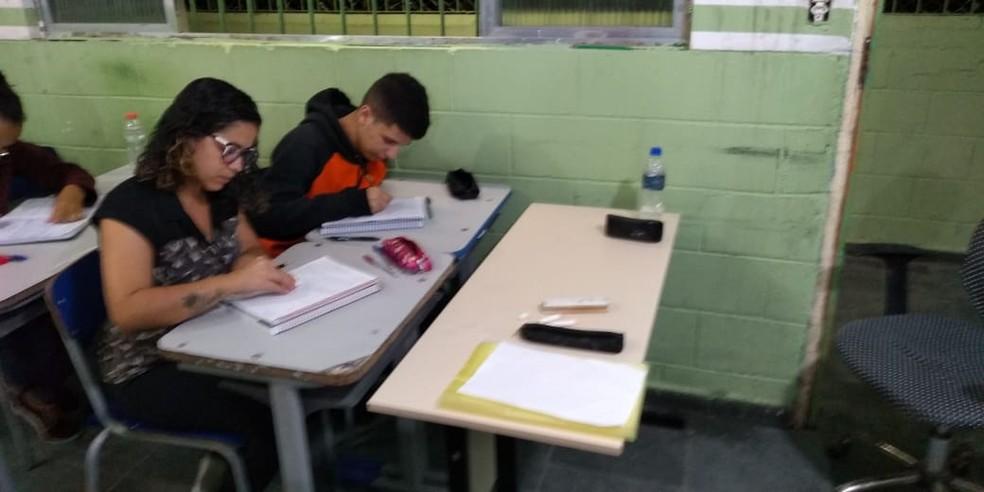 Filho teve notas melhores no boletim depois que mãe se matriculou em mesma sala que ele em São Vicente, SP — Foto: Arquivo Pessoal