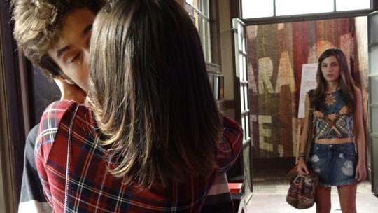 Oi? Jovicki se beija e Bianca vê tudo: 'Vão pro inferno!'