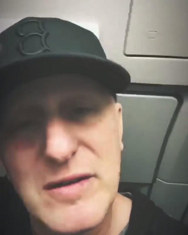 O ator Michael Rapaport dentro do avião salvo por ele após impedir que um homem abrisse uma porta de emergência (Foto: Instagram)