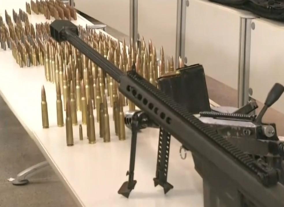 DRF apreendeu dois fuzis e munições calibre.50 em Morada Nova e prendeu três suspeitos.  (Foto: Reprodução/TVM)