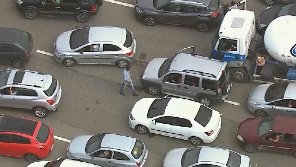 Homem enfim acha o carro no engarrafamento da BR-101 — Foto: Reprodução/TV Globo