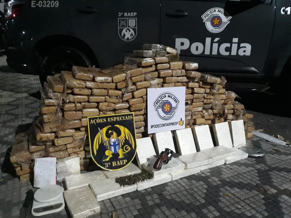 Dupla é presa com mais de 240 kg de maconha e cocaína em Taubaté — Foto: Divulgação/ Baep