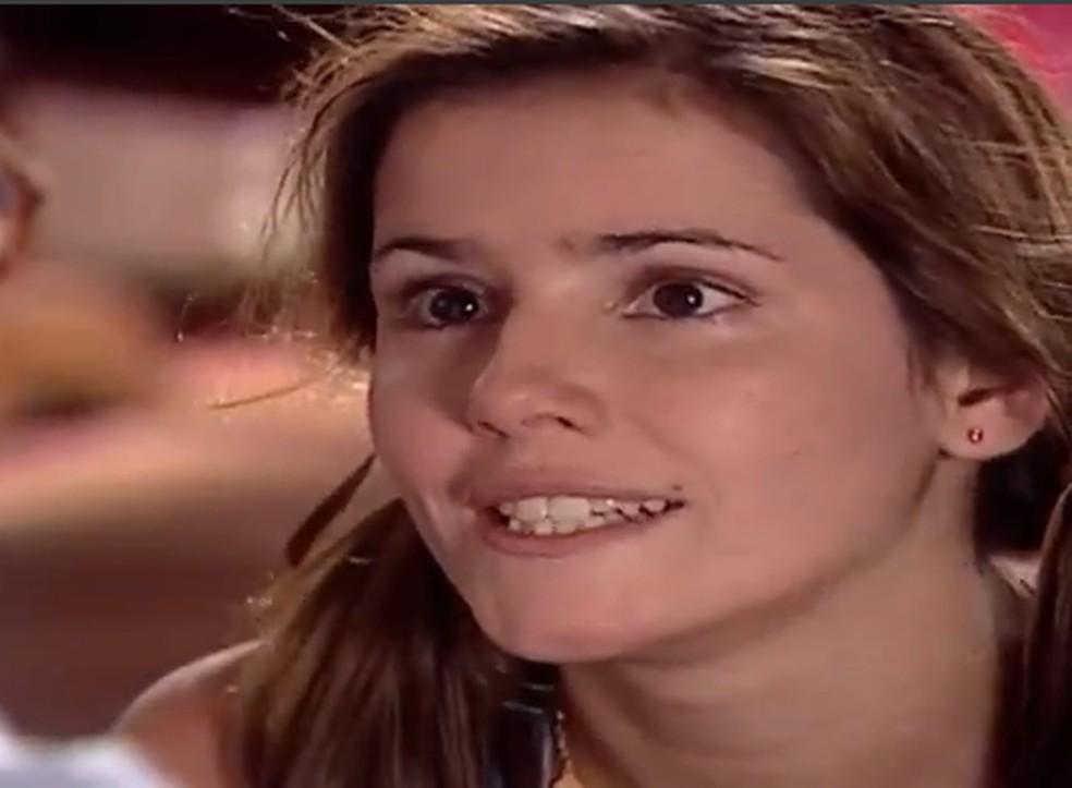 Íris (Deborah Secco) joga sujo com a própria mãe e inventa mentira que pode matar o pai de desgosto, em 'Laços de Família' — Foto: TV Globo
