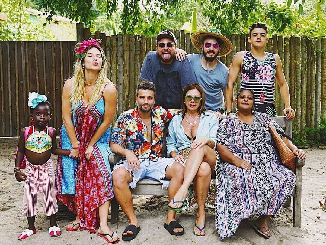 Giovanna Ewbank posa com amigos e familiares (Foto: Reprodução/Instagram)