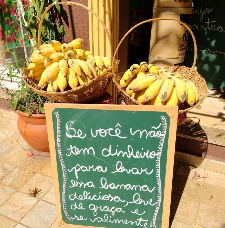 Mulher distribui 50 kg de banana a moradores de rua em Ribeirão Preto: 'Cada um faz sua parte'