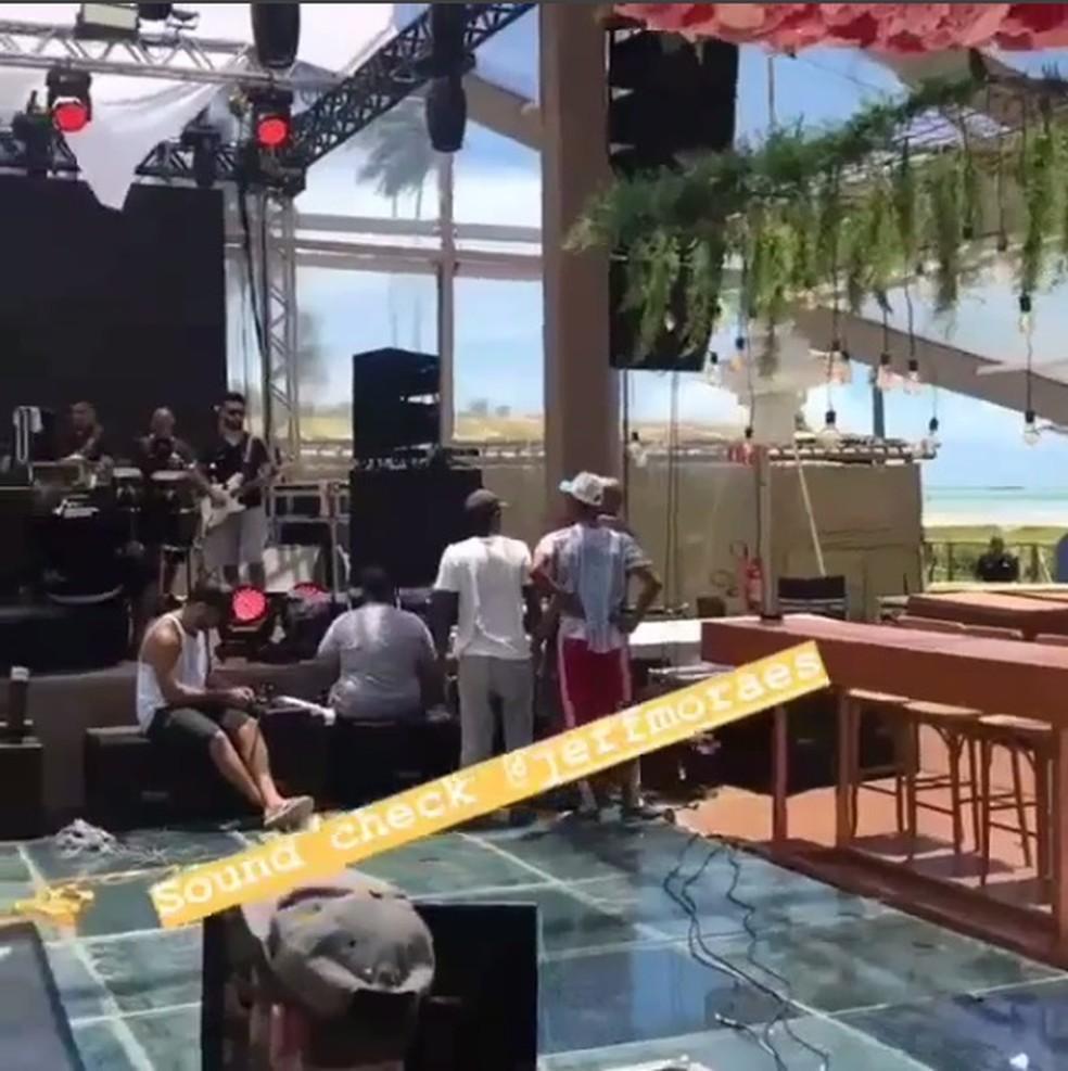 Em vídeo postado nas redes sociais pelo cantor Jefferson Moraes, é possível ver parte da decoração, composta por flores suspensas (Foto: Instagram/Reprodução)