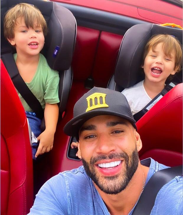 Gusttavo Lima com os filhos, Samuel e Gabriel (Foto: Reprodução Instagram)