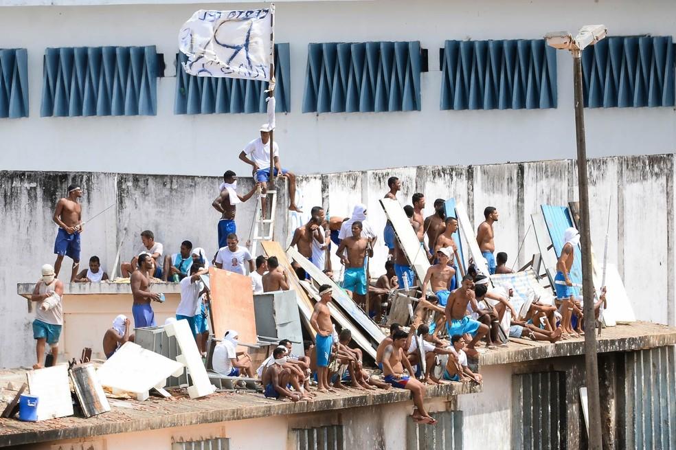 Durante a rebelião, presos se amotinaram nos telhados dos pavilhões (Foto: Andressa Anholete/AFP)
