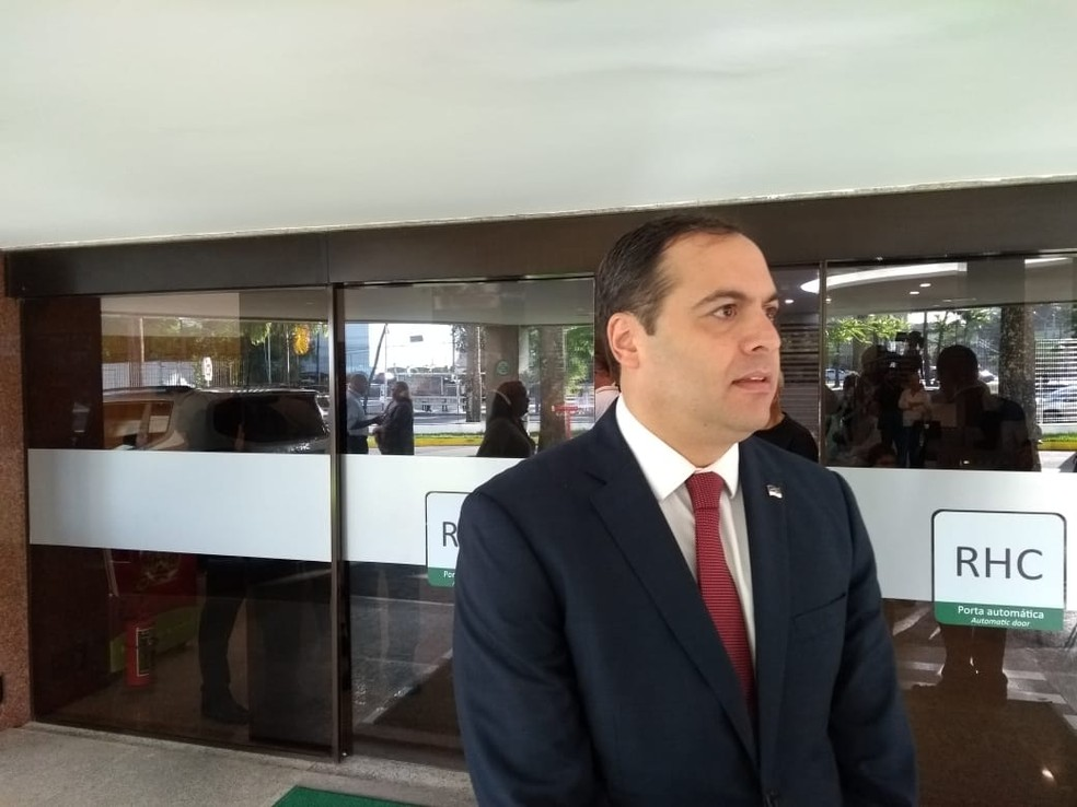 Governador Paulo Câmara esteve no Hospital Português, no Recife, e ressaltou as parcerias feitas com Guilherme Uchoa (Foto: Wagner Sarmento/TV Globo)