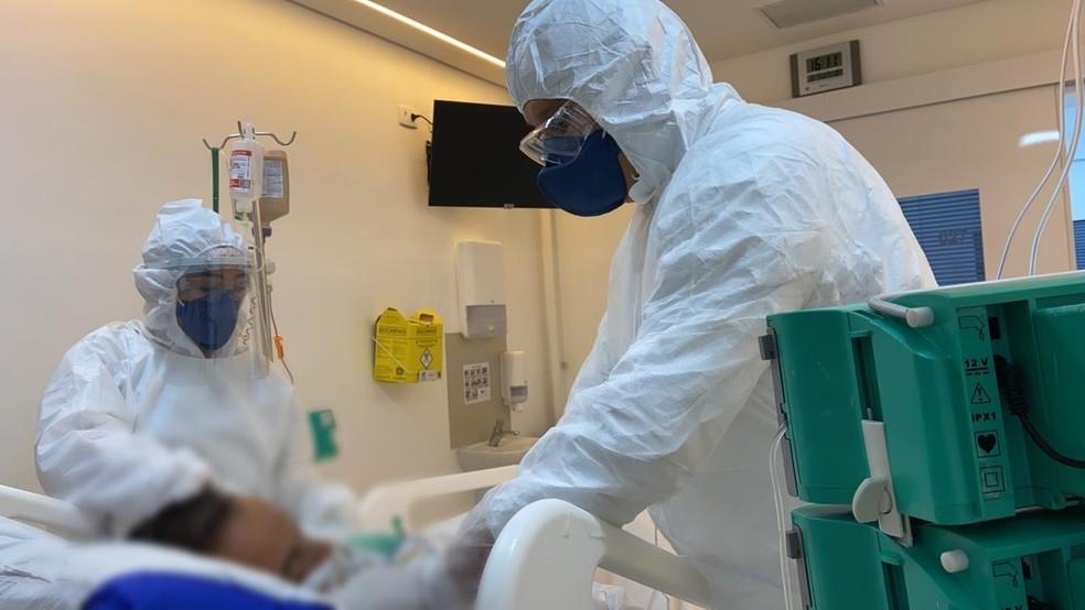 Funcionários do hospital Igesp, na Bela Vista, região central de São Paulo, atendem paciente internado com coronavírus (Covid-19) — Foto: Divulgação/Igesp
