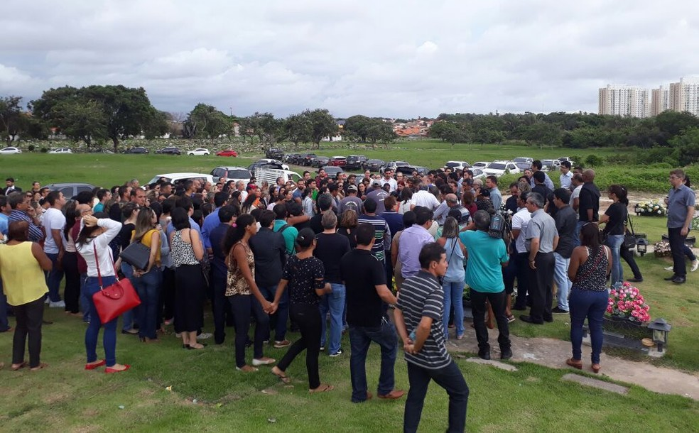Médicos foram sepultados no cemitério Parque da Saudade, no Vinhais (Foto: Ádria Rodrigues/TV Mirante)