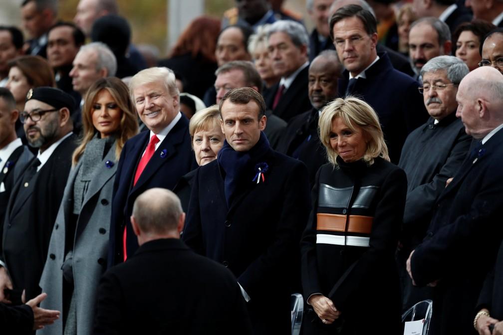 O presidente russo Vladimir Putin (de costas) chega para as comemorações do final da Primeira Guerra Mundial, há 100 anos, ao lado de Donald e Melania Trump, Angela Merkel e Emmanuel e Brigitte Macron — Foto: Benoit Tessier/Pool/Reuters