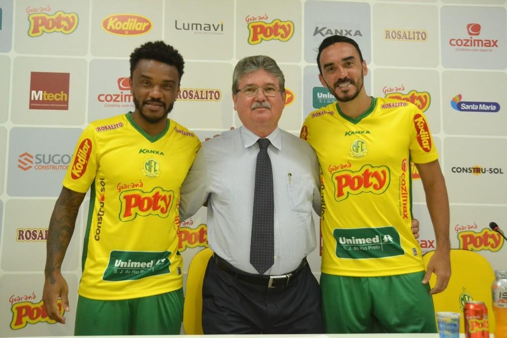 Paulo Roberto e Tiago Alves na chegada ao Mirassol — Foto: Marcos Freitas/Mirassol FC