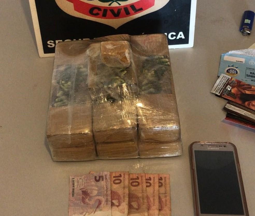 Homem foi encontrado com maconha e crack na mochila — Foto: Divulgação/Polícia Civil