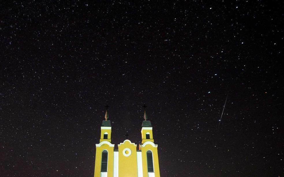 Meteoro no o céu atrás de uma igreja católica na vila de Krevo, a cerca de 100 km a noroeste de Minsk, na Biolorrússia (Foto: Sergei Gapon / AFP Photo)