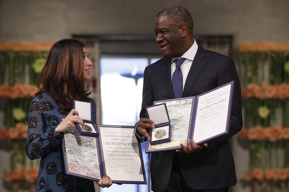 Os vencedores do prêmio Nobel da Paz, o médico congolês Denis Mukwege e a yazidi Nadia Murad, ex-escrava de extremistas, posam com suas medalhas de vencedores do Nobel da Paz 2018, em cerimônia em Oslo, na Noruega — Foto: Haakon Mosvold Larsen/NTB Scanpix via AP
