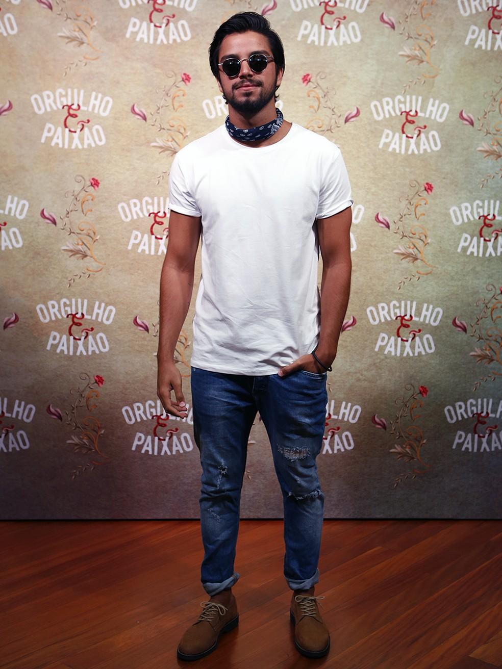 Rodrigo Simas ousa com bandana  (Foto: Fábio Rocha/Gshow)