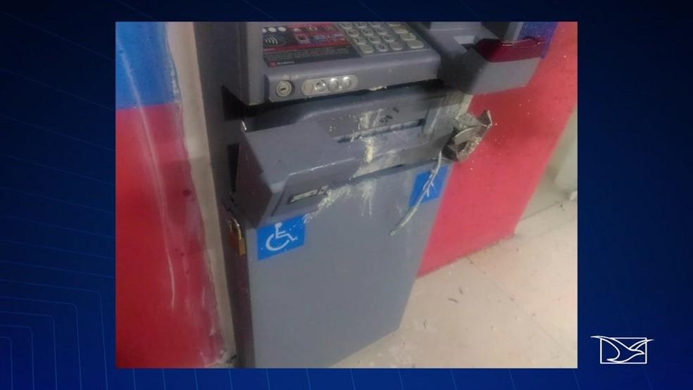 Bandidos tentaram arrombar a porta da agência e explodir um caixa eletrônico, segundo a polícia. (Foto: Reprodução/TV Mirante)