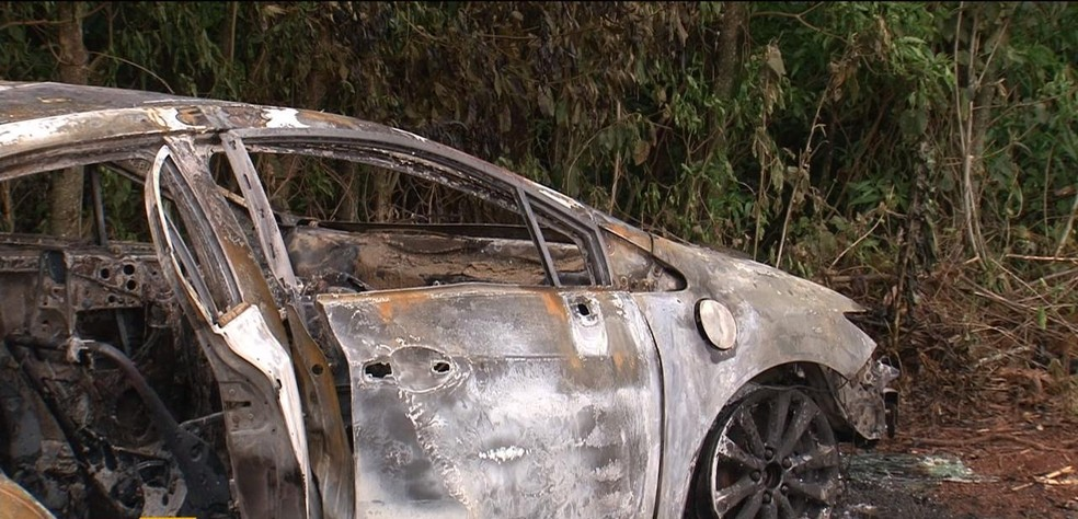 Carro em que foi encontrado o corpo da gerente de banco estava abandonado às margens da PR-282 (Foto: Reprodução/RPC)