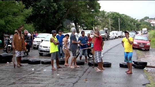 Índios fecham trecho da BA-001, no sul da Bahia, em protesto por demarcação de terras