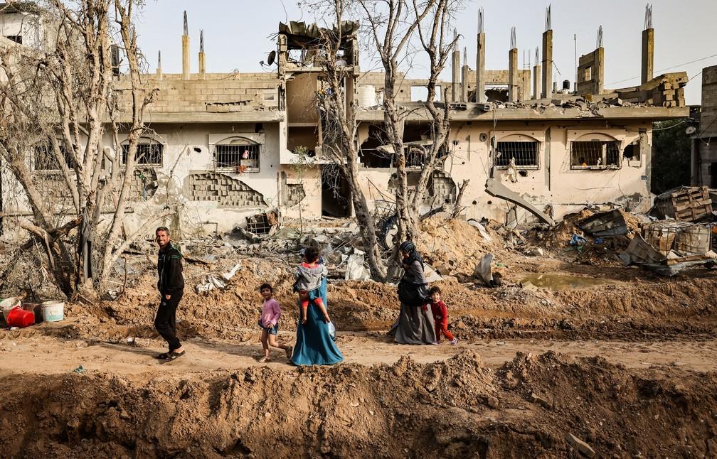 Palestinos retornam ao seu bairro atingido pelo bombardeio israelense na Cidade de Gaza — Foto: Mohammed Abed/AFP