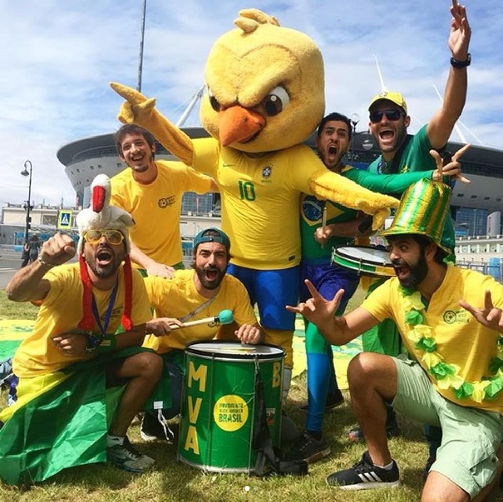 Luiz (de boné verde, agachado na frente do Canarinho) é o autor do hit que explodiu na Copa da Rússia (Foto: Lucas Figueiredo/CBF)