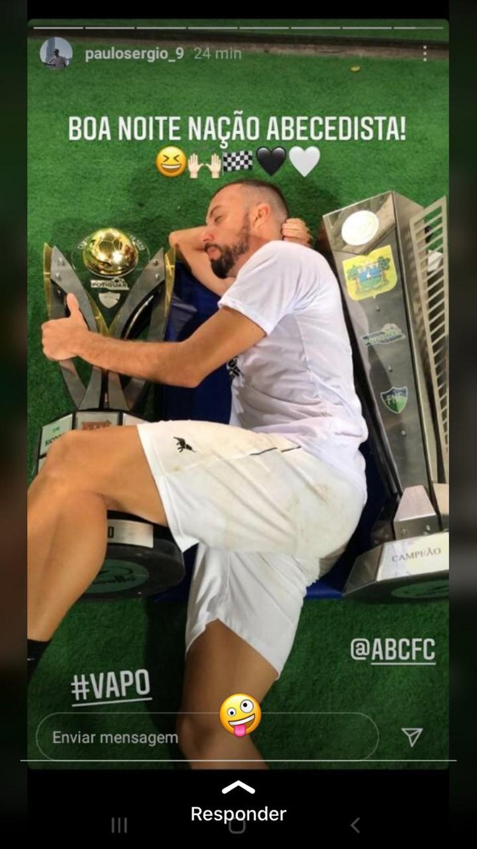 """Em rede social, Paulo Sérgio """"dorme"""" com as taças do segundo turno e do estadual — Foto: Reprodução"""