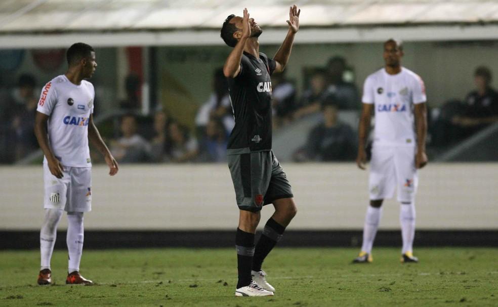 Vasco segue vivo na disputa por uma vaga na Libertadores após vencer o Santos por 2 a 1 na Vila Belmiro  (Foto: Agência Estado)