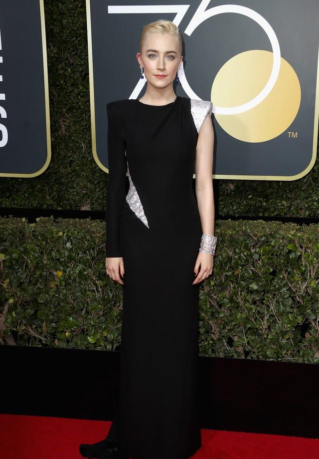 Saoirse Ronan veste Atelier Versace no Globo de Ouro de 2018 (Foto: Getty Images)