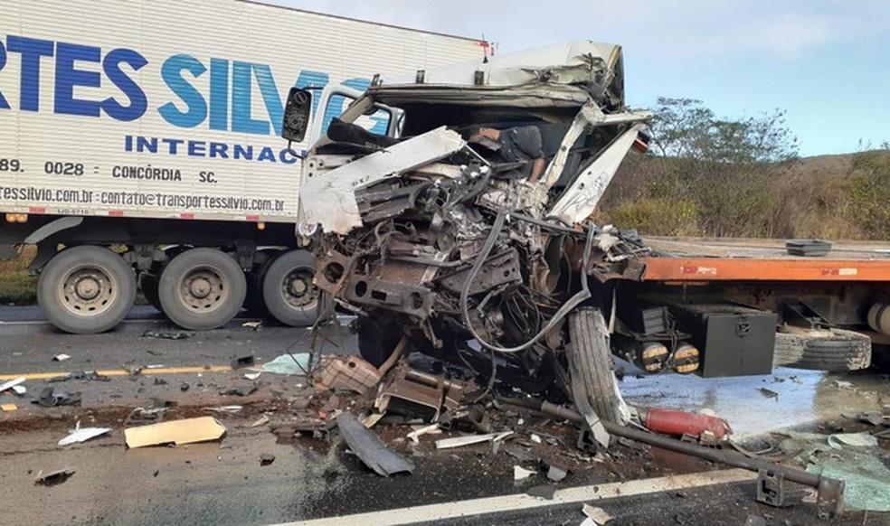 Caminhoneiro morre e outro fica ferido em acidente entre veículos na BR-116, sudoeste da Bahia — Foto: Reprodução/Blog Marcos Frahm