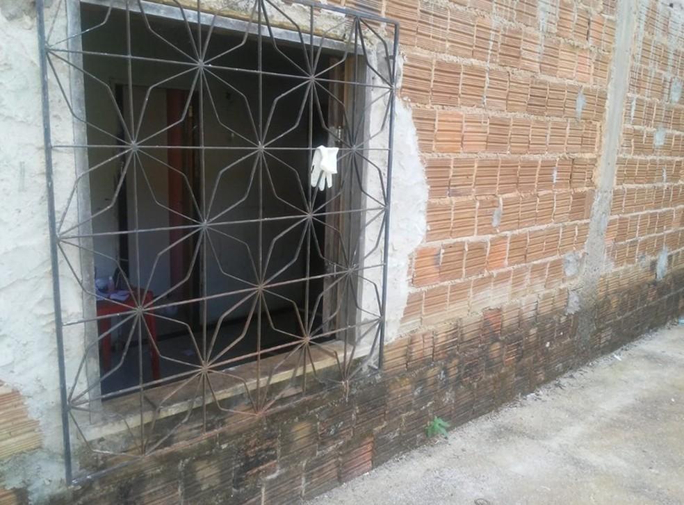Vândalo deixou as luvas na janela do quarto do radialista. — Foto: Francisco José Jorge de Sousa