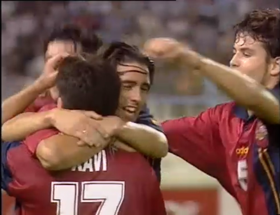 Sergio Santamaria abraça Xavi após marcar um gol no Mundial Sub-17 em 1997: ele foi o melhor da competição naquele ano, Xavi seria campeão do mundo em 2010 — Foto: Reprodução/Fifa TV