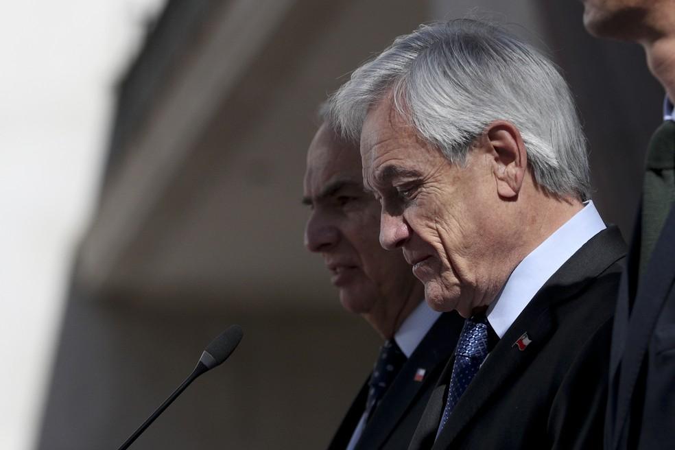 Sebastián Piñera, presidente do Chile, prepara-se para discursar em meio aos protestos desta quinta-feira (25) — Foto: Esteban Felix/AP Photo