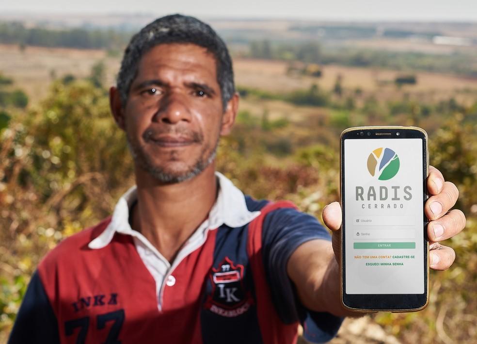 Agricultor Bruno Maciel mostra aplicativo Radis Cerrado. — Foto: Raimundo Sampaio/Divulgação