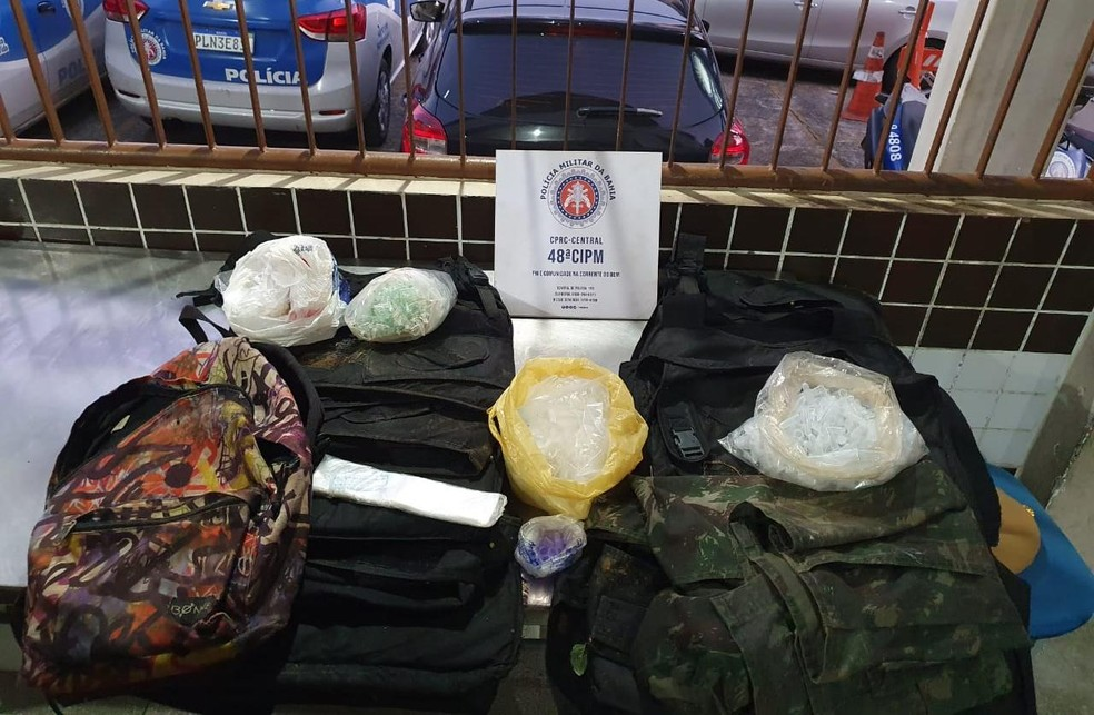 Após intenso tiroteio, policiais acham coletes e 4 mil pinos de cocaína durante rondas em Sussuarana, bairro de Salvador . — Foto: SSP-BA / Divulgação