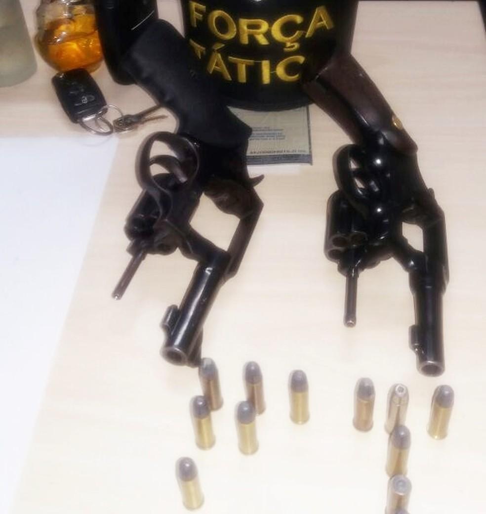 Dois revólveres e munições foram apreendidos (Foto: Divulgação/PM)