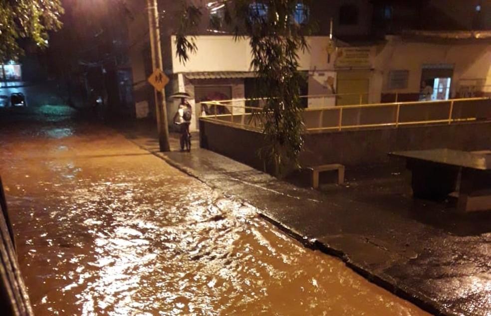 Rua Ibitiguaia ficou totalmente inundada — Foto: Reprodução/TV Integração