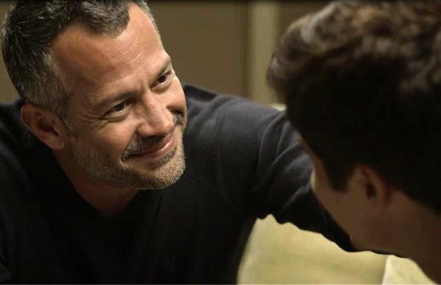 Agno (Malvino Salvador) e Leandro (Guilherme Leicam) vão se casar e se beijarão diante da família (Foto: Reprodução)