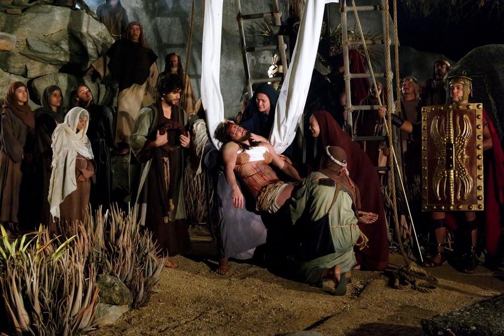 Atores encenam retirada do corpo de Jesus da cruz em Nova Jerusalém — Foto: Marcelo Loureiro/Divulgação
