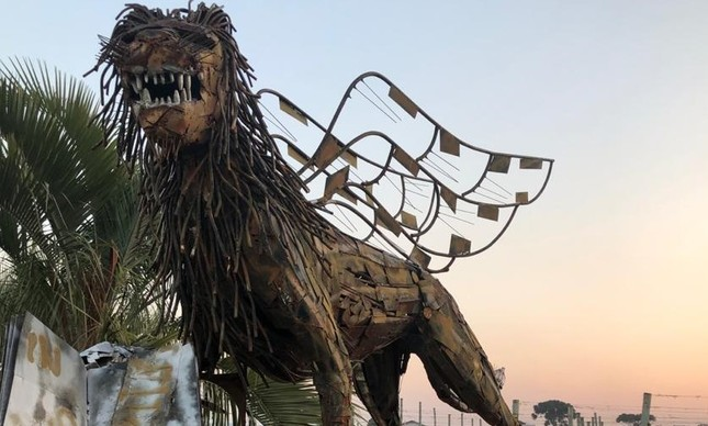 Escultura de leão alado dá boas-vindas na vinícola Leone di Venezia
