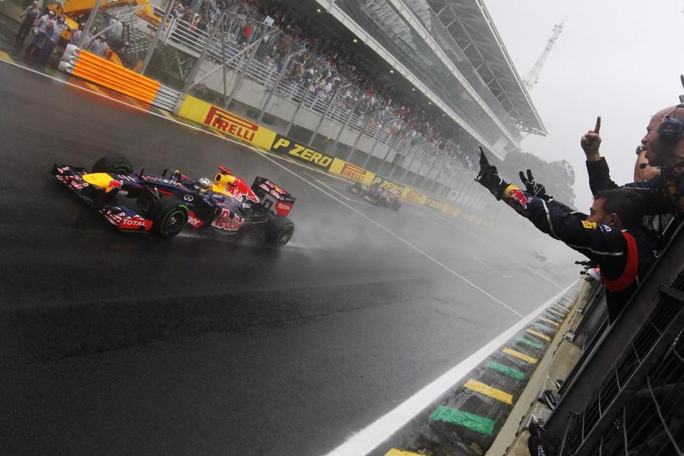 No GP do Brasil de 2012, Sebastian Vettel cruzou a linha de chegada debaixo de chuva — Foto: Getty Images