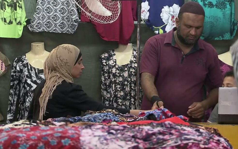 Rihab Sad e o marido, Sami Sad, são donos de uma loja de roupas em Sobradinho, no DF (Foto: TV Globo/Reprodução)