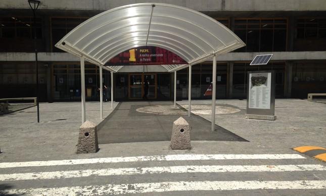 Portões fechados em universidade de Curitiba
