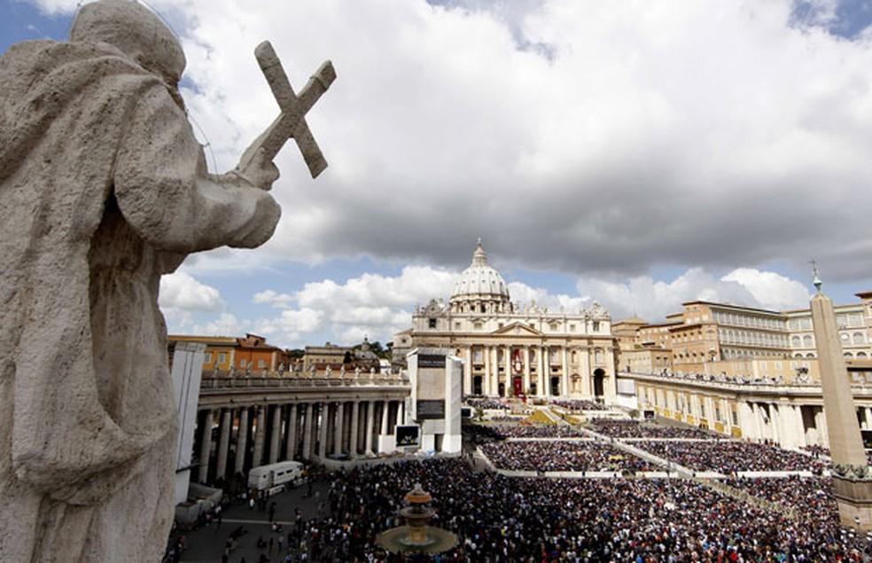 Imagem de arquivo mostra milhares de fiés reunidos na praça da basílica de São Pedro — Foto: Pier Paolo Cito/AP