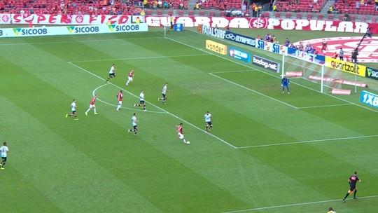Parede finaliza cruzado e bola passa perto do gol, aos 38' do 2º Tempo