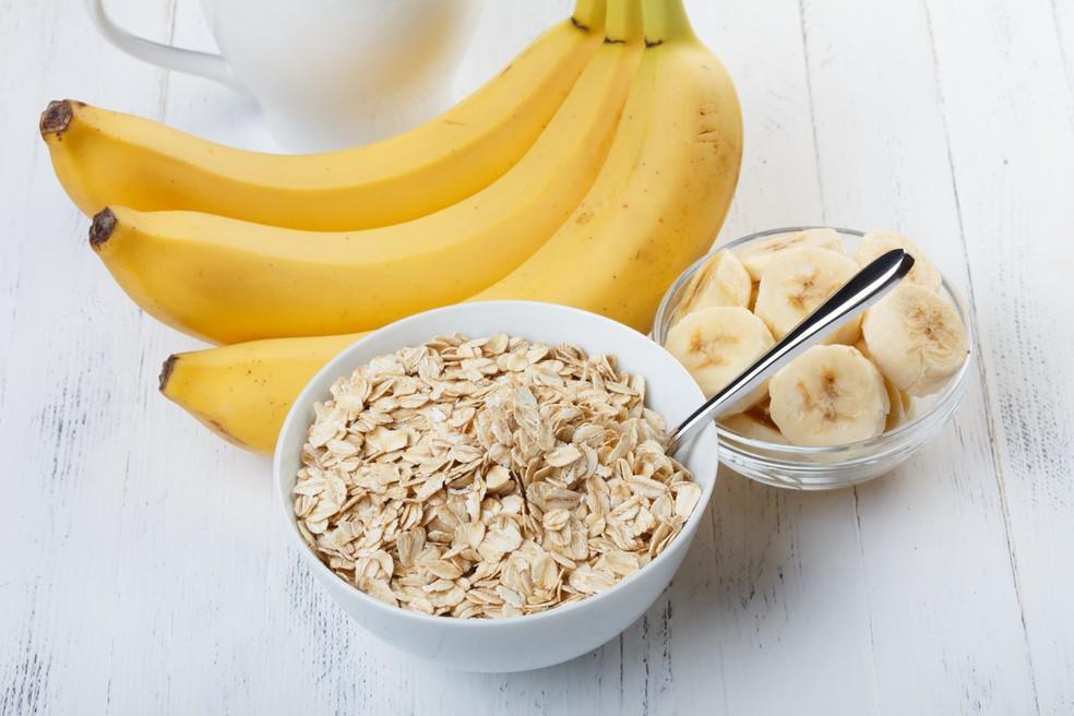 Banana é um alimento prebiótico e aveia é fonte de amido resistente: combinação perfeita para a saúde da flora intestinal — Foto: Istock Getty Images
